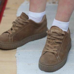 Bruna sneakers i (fake) mocka. Lite slitningar på insidorna av skorna, därav billigt pris