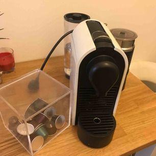 - Cremevit Nespresso maskin med inbyggd mjölkskummare (både varm & kall)  - Box för förvaring av kapslar.   Fungerar felfritt!  Perfekt för mindre hushåll.   Finns i Vasastan, Stockholm.