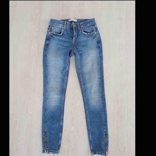 •Kristen jeans från Gina Tricot. •Nypris 499kr. •Hämtas i Nyköping, annars tillkommer spårbar frakt på 63kr.