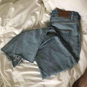 Jättefina jeans från monki. ljusblåa och raka i benen. Är 160 cm och dom slutar lite lägre än anklarna. säljer för jag använder dom för lite🌿 originalpris 400kr. kan mötas upp i Sthlm och Norrköping eller frakta (köparen står för frakt!)