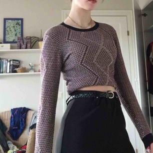 Lite tjockare tröja ifrån Monki.  Den är uppvikt på bilden och är inte croppad. Storlek XS Har haft den länge men den har aldrig kommit till användning 💓