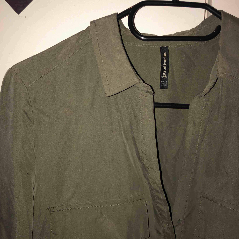 Militärgrön blus med knappar upptill. Passar mig som är XS 😊 köparen står för frakten!. Blusar.