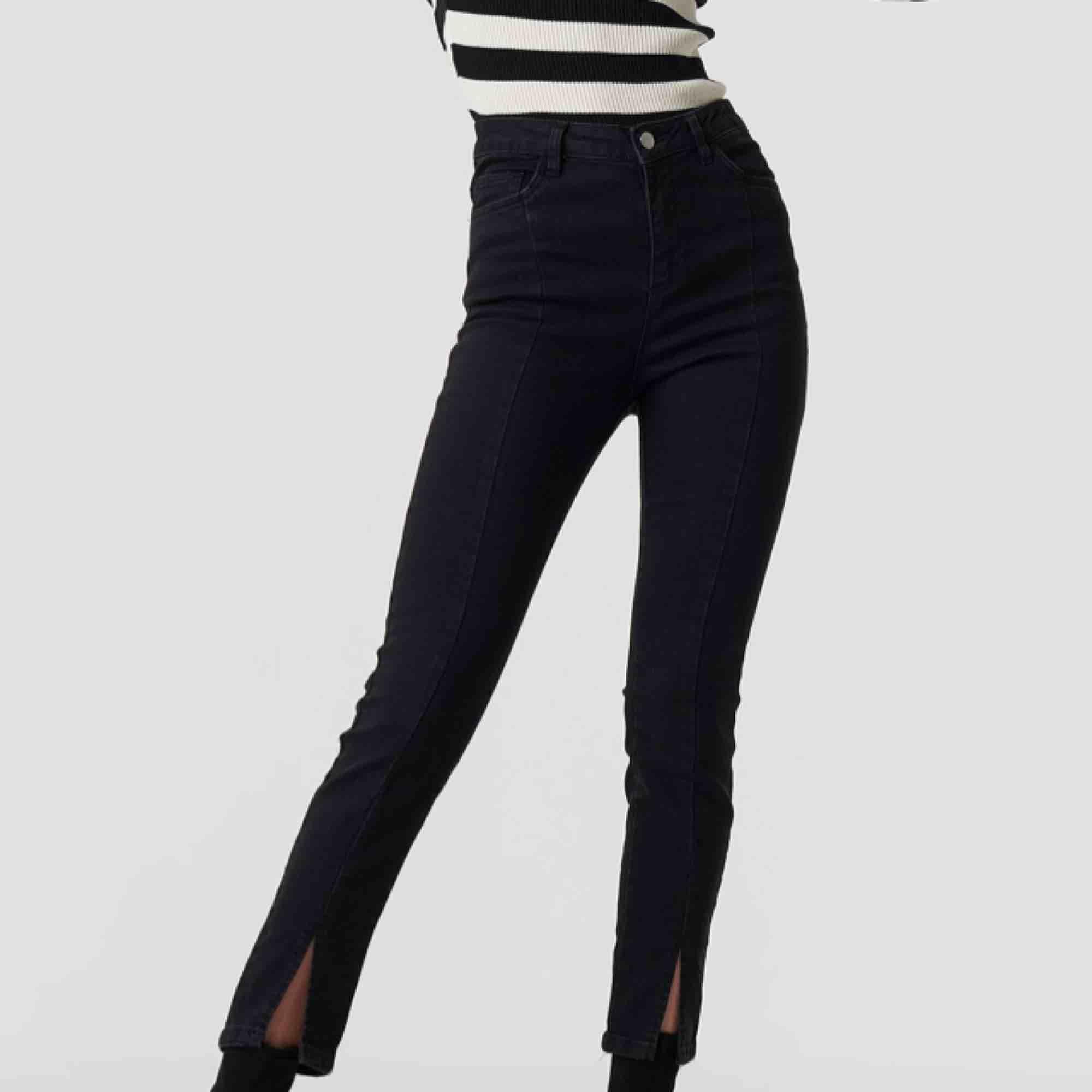 Jeans med slits ifrån na-kd, har aldrig använt dom så dom är helt nya. Frakten bjuder jag på . Jeans & Byxor.