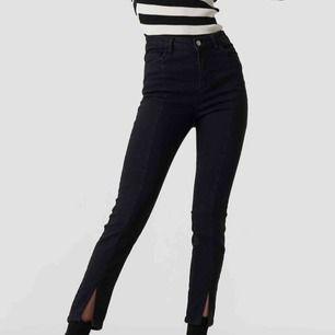Jeans med slits ifrån na-kd, har aldrig använt dom så dom är helt nya. Frakten bjuder jag på