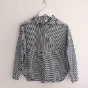 Grå/vit-randig skjorta med slitsar i sidorna. Från Monki, toppenskick! Frakt 40kr