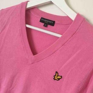 en rosa långarmad tröja från Lyle & Scott suveränt skick!!!! köparen står för frakten
