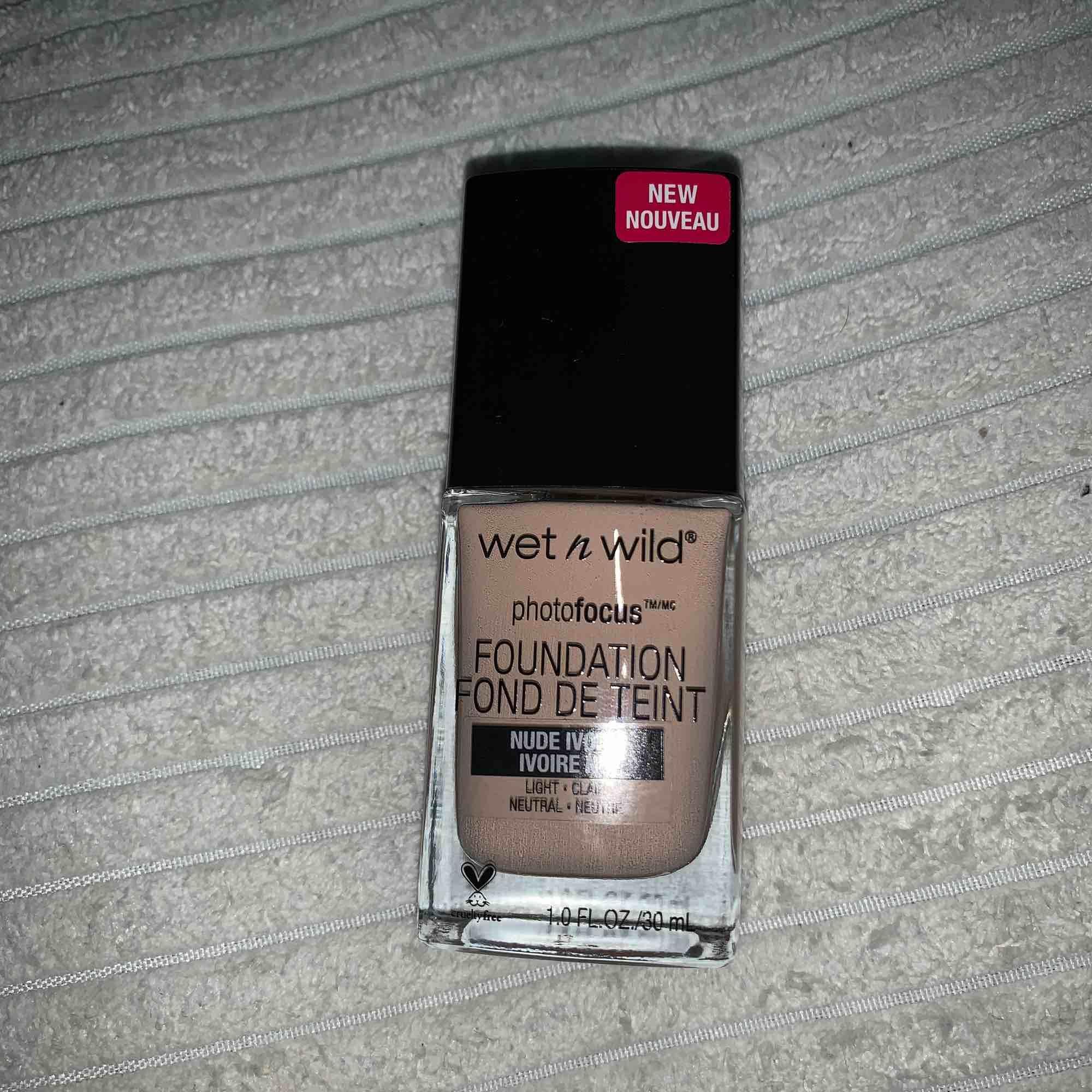 Wet n Wild foundation köpt för 99kr helt oanvänd, ej öppnad! (Köpte fel färg). I färgen nude ivory. Vegan cruelty free.. Accessoarer.