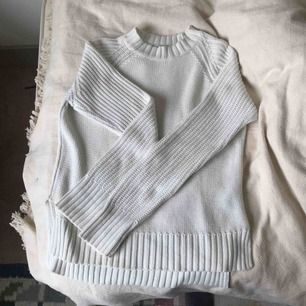 Enkel vit stickad tröja i bomull. i använt skick men har inga synliga fel. originalpris 199kr. Kan mötas upp i Sthlm och Norrköping eller så står köparen för frakt.