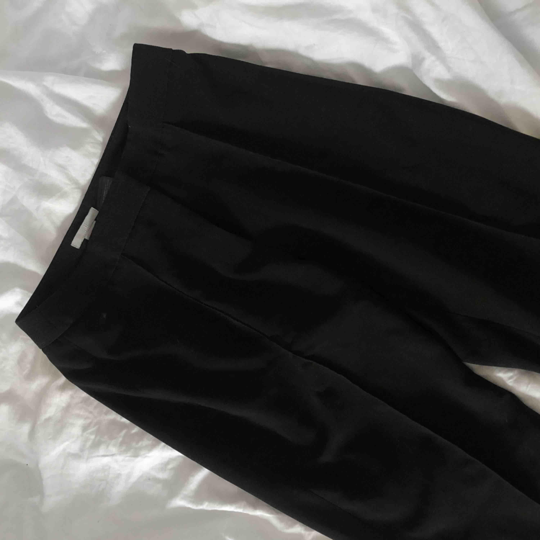 Den perfekta raka byxan med pressveck, storlek 34. Från H&m, frakt 36:-. Jeans & Byxor.