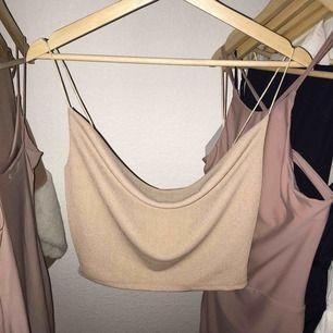 Helt ny och oanvänd fest linne från Fashion Nova. Storlek S.