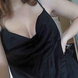 Supersnyggt Linné från Josefine Engströms kollektion med nakd. Spaghetti-band och silkeslikmande tyg som vecklar sig vid brösten. Endast testad hemma pga för stor för mig :/ Frakt ingår!!