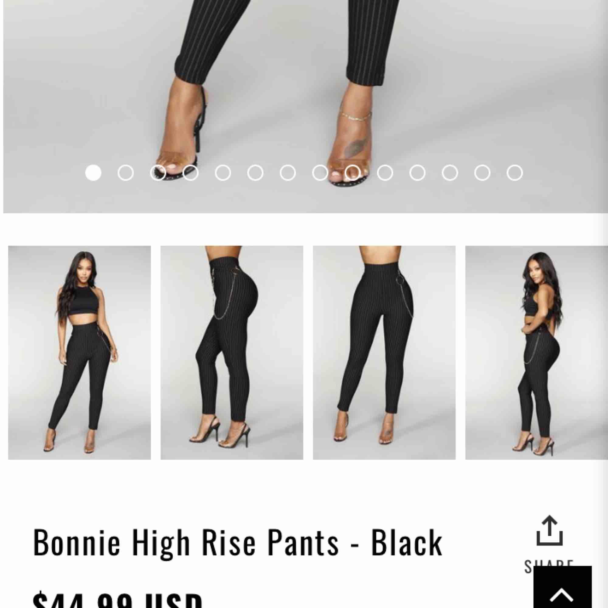 Helt ny och oanvänd högmidjade byxor/leggins. Kedja i detalj. Svart och vita linjer. Storlek S. 💕. Jeans & Byxor.