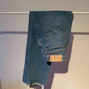 Raka jeans, högmidja, ankellånga. Snygg slitning längst ner. Mycket lite stretch. Använda vid två tillfällen, då jag köpte två. Formar sig snyggt efter kroppen och är as sköna efter några gånger. Min andra använder jag dagligen.