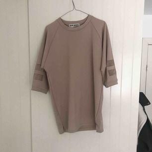 Fin oversize tröja i nude beige med mesh cutouts på ärmarna. Så skönt material.