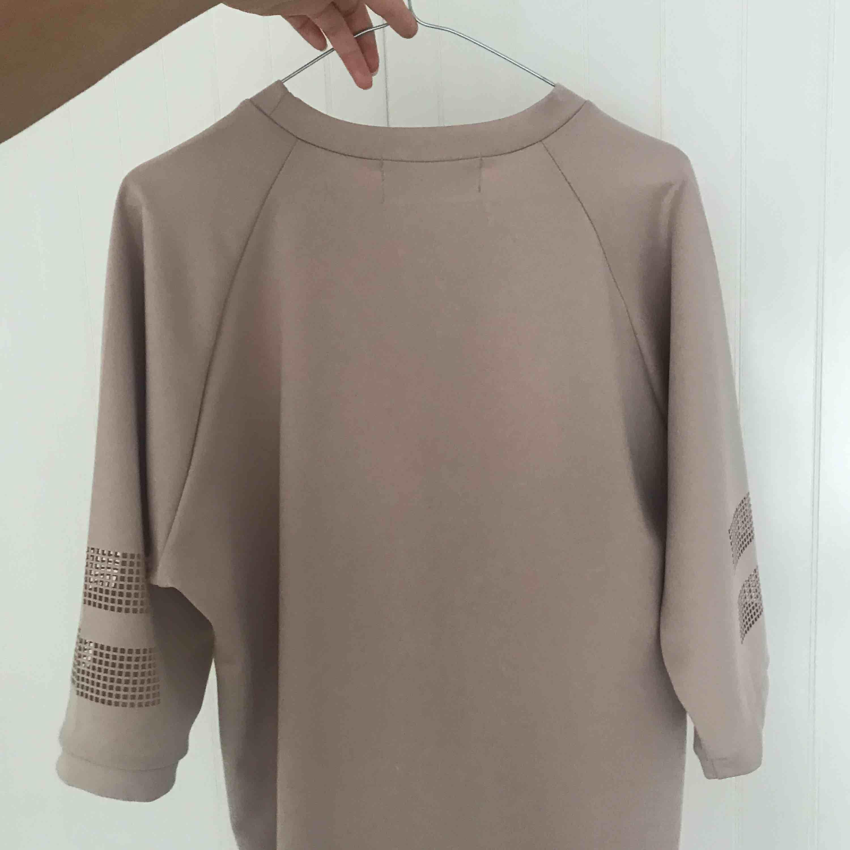 Fin oversize tröja i nude beige med mesh cutouts på ärmarna. Så skönt material.. Toppar.