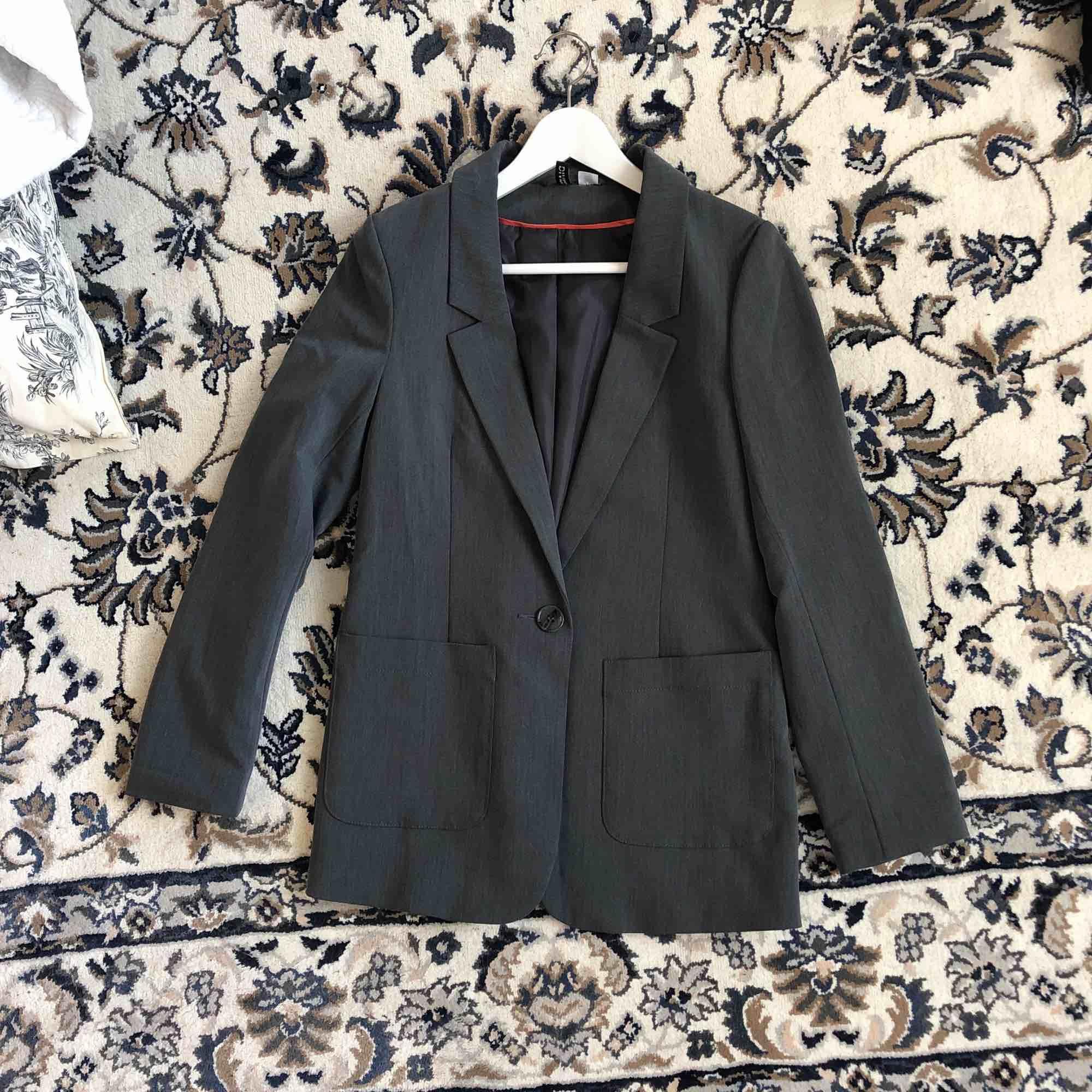 Mörkgrå oversize-kavaj från H&M. Finns i Kalmar. Köparen står för ev frakt. . Kostymer.