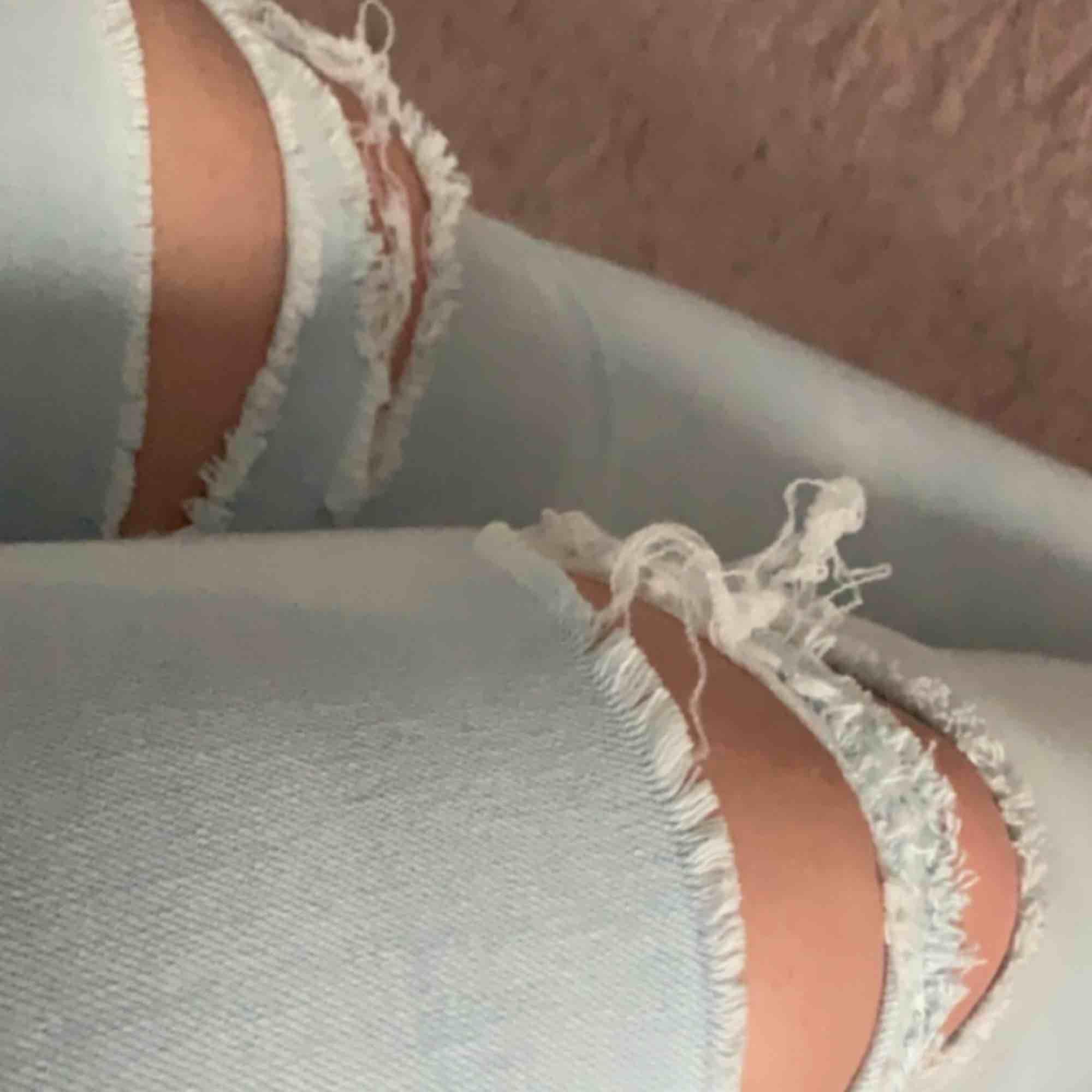 Trashed jeans från H&M köpta för 200kr säljer för 50kr. Byxorna är i storlek 34 men passar en 36 eftersom det är stretchiga.. Jeans & Byxor.