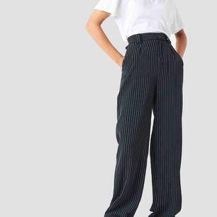 Perfekta pinstripe byxor i storlek 40 (passar 38-40). Använda 1 gång. Jag står för frakten! Kan skicka fler bilder om så önskas!😉