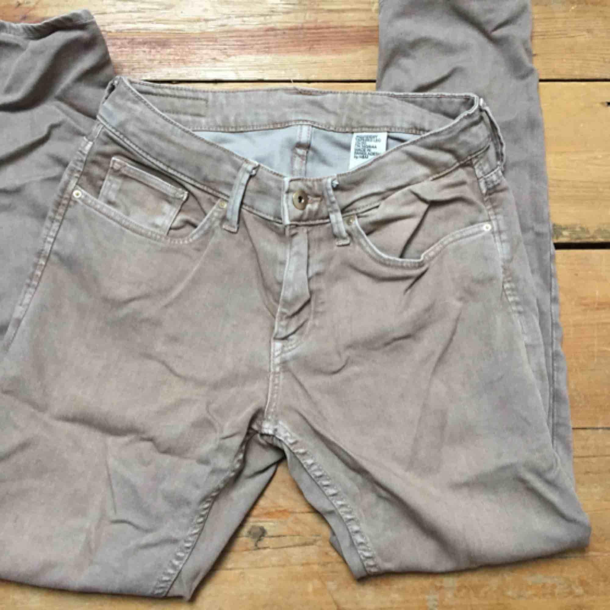 Sköna loose-fit / boyfriend jeans från H&M. Färger är mer åt grårosa hållet, ljuset var inte det bästa. Skön modell som är väldigt mjukt i jeanstyget. Snygga till solbränna på sommaren. . Jeans & Byxor.