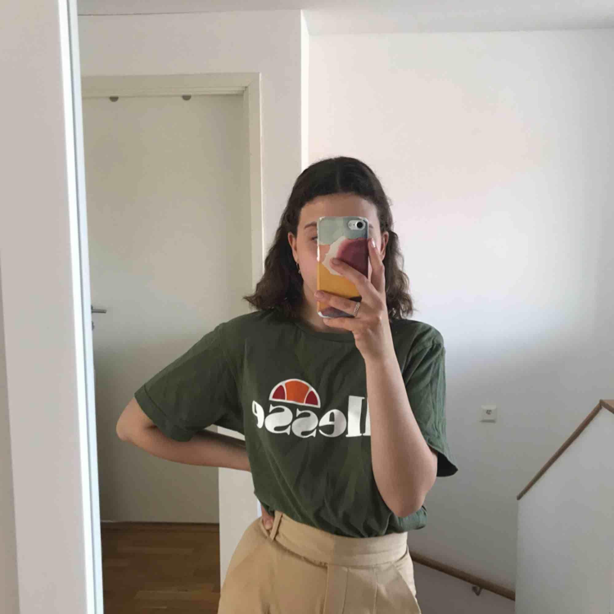 Köpt i Amsterdam på Urban Outfitters. Använd ca 2 ggr. Är i storlek 8, passar som en tröja i S. Fraktar gärna men köpare står för fraktpris :). T-shirts.