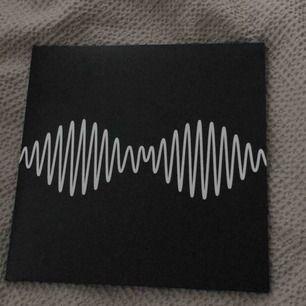 Arctic Monkeys AM Lp. Köpt på Sister Ray's skivbutik i SoHo, London. Möts i Örebro eller skickar, köparen står frakt isåfall.