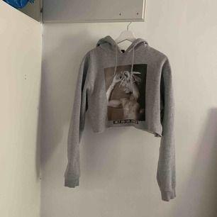 En cropped tupac tröja köpt för 599kr säljes för 250kr. I en storlek L men om ni vill att den ska sitta oversized då e denna storlek perfekt!