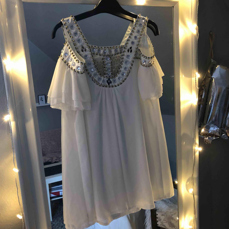 Super fin klänning som passar perfekt till studenten passar båda xs och s, knappt använd . Klänningar.