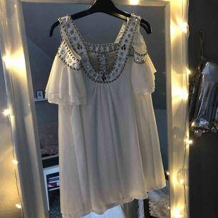 Super fin klänning som passar perfekt till studenten passar båda xs och s, knappt använd