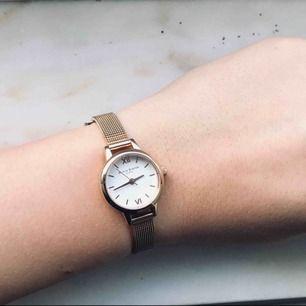 En guldig klocka från Olivia Burton. Nästintill oanvänd, frakt ingår. Väldigt fin. Nypris 1199.