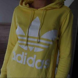 Jättehärlig gul hoodie från adidas med fick framtill //nyskick//