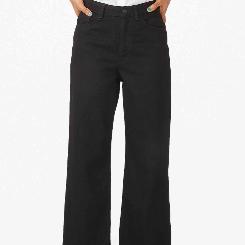 Jeans från Monki. Säljes pga ej användning, köpare står för frakt.. Jeans & Byxor.