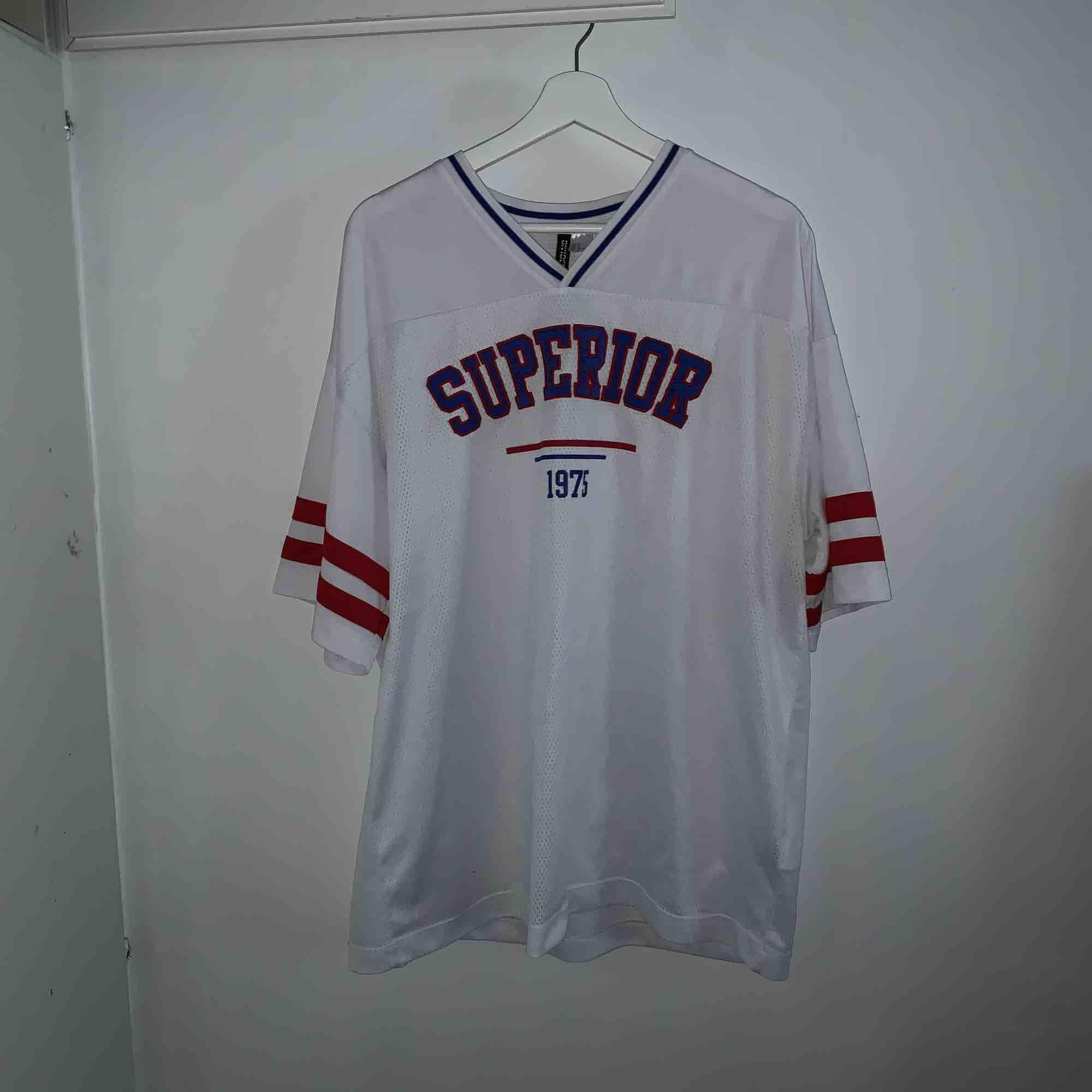 En vit basket tröja köpt på hm i storlek M sälj för 50kr . T-shirts.