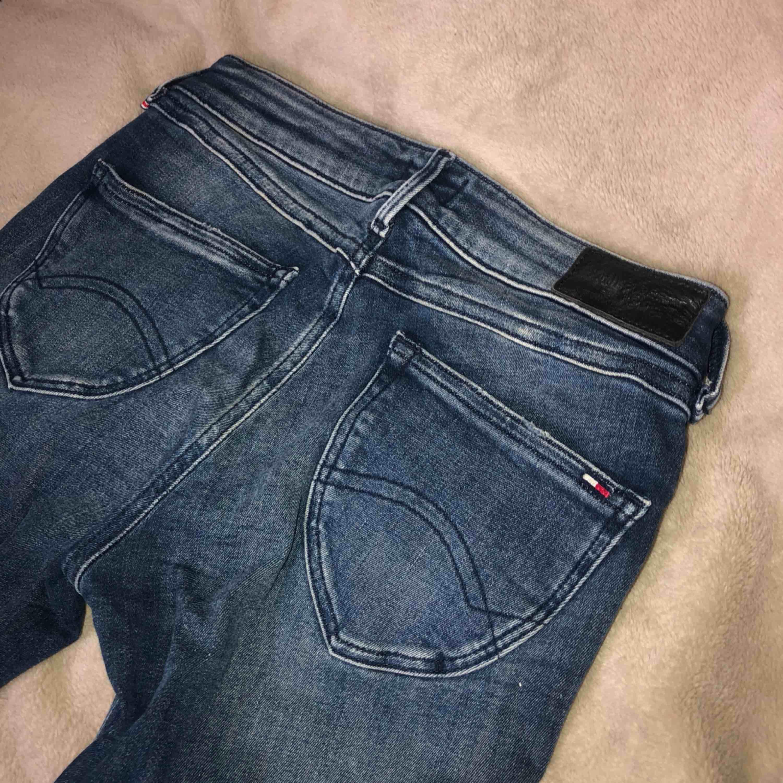 Jättefina jeans från Tommy Hilfiger, storlek 28/30! Säljes pga av fel storlek, aldrig använda. Köparen står för frakten, allt ska bort . Jeans & Byxor.