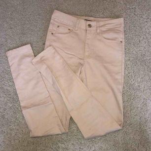 Ljusrosa jeans med guldiga detaljer, aldrig använda. 50kr + frakt