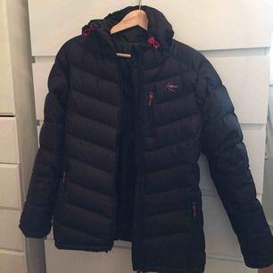 Säljer min vinterjacka som köptes i år/vintras, pga att den är för stor. Sammanlagt har den 3 fickor med dragkedja.  Pris kan diskuteras, skicka ett meddelande till mig om du är intresserad!