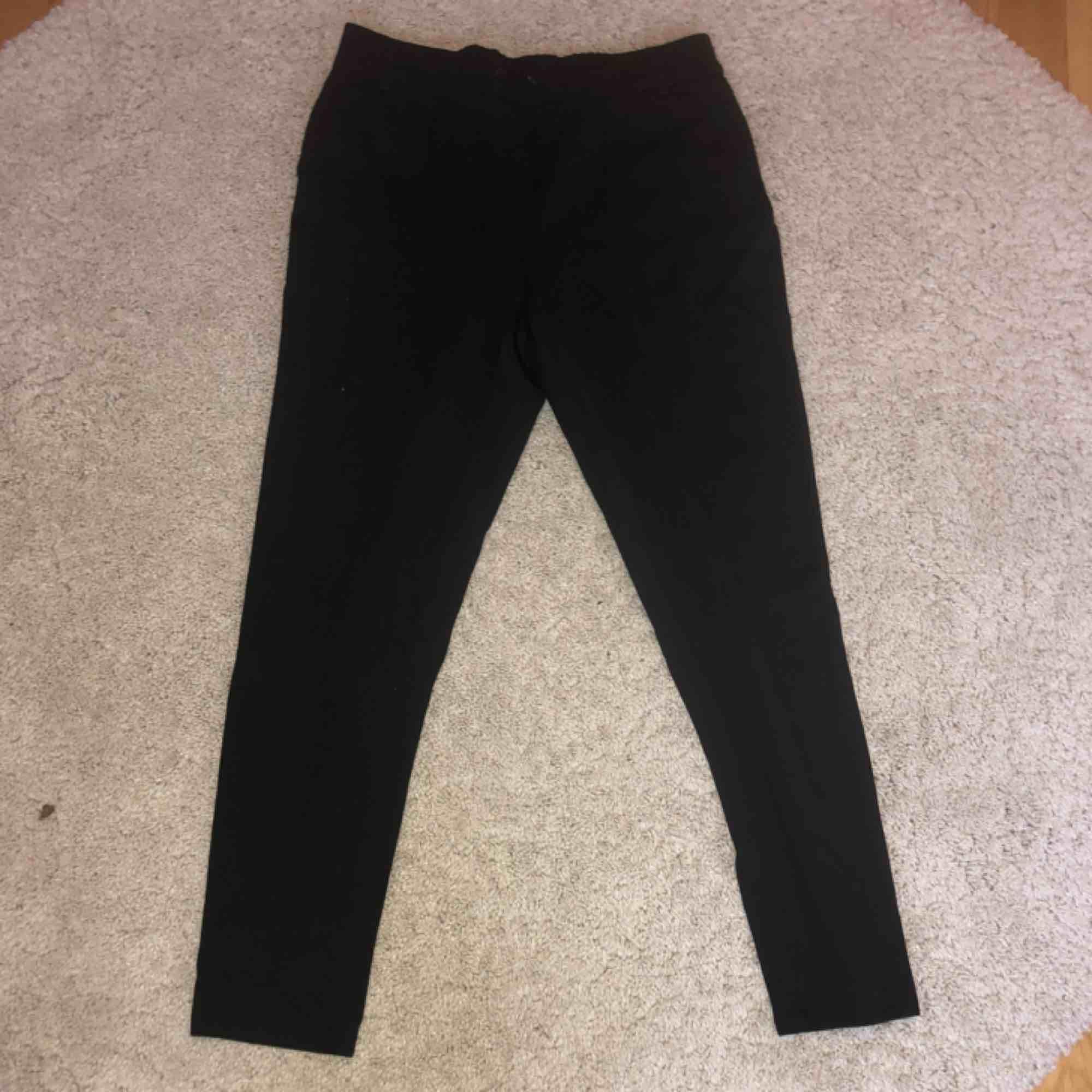 Svart mjukis/kostym byxor från only i strl medium, knappt använda (i fint skick) 50kr + frakt. Jeans & Byxor.