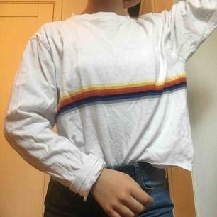 Assnygg oversized tröja från Brandy Melville köpt i Bryssel. Jag är en XS men den passar nog de flesta! NYSKICK endast använd 2 gånger🤩