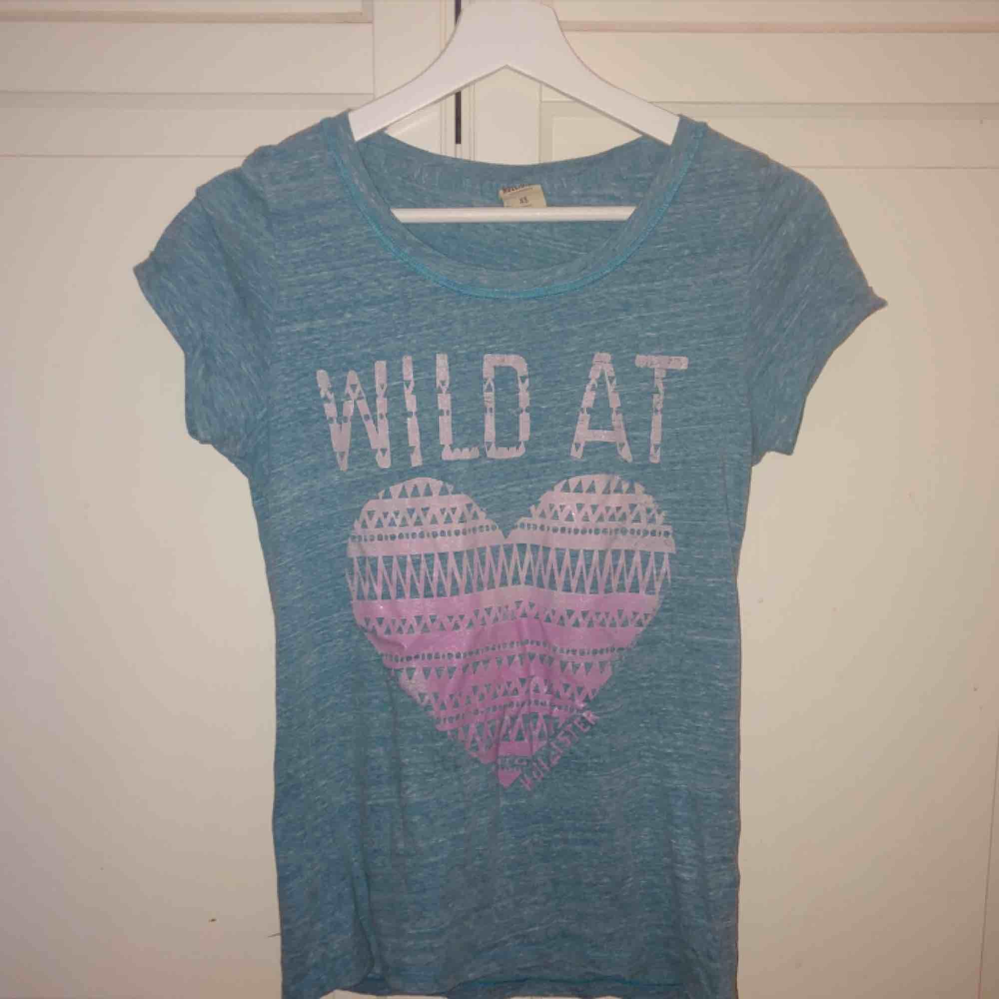 Ljusblå t-shirt från hollister strl XS. 30kr + frakt. T-shirts.