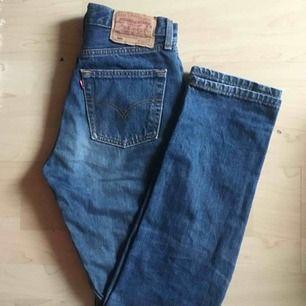 Säljer ett par levis då de var för små för mig. Super fina mom jeans, alltså är de rakare i benen och tighta upptill. Lite slitna mellan benen därav det billiga priset. Modell Levis 501 W28 L32. Kan mötas i Uppsala, annars står köparen för frakten!❤️