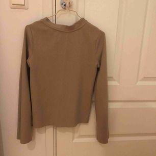 Beige tröja med utsvängda armar. Från Gina tricot.