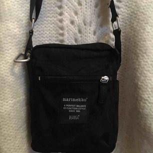 liten svart marimekko väska! perfekt storlek å jättebra skick:-)