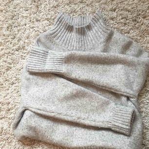 Skööönaste tröjan med polokrage. Den är väl använd och därför lite knottrig men annars jätte bra. Frakt tillkommer.