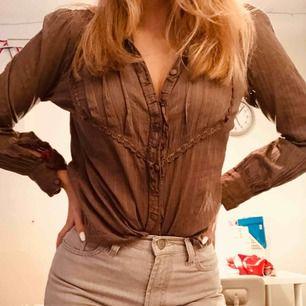 Supercool lite 70-tals skjorta i ett coolt mönster, supersnygg lite uppknäppt med en anygg spetsBH under :)