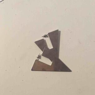 Coola örhängen från Åhléns, aldrig använda. Frakt 15 kr