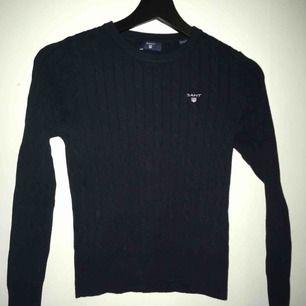 Marinblå tröja från Gant som aldrig använts. Köpt på kidsbrandstore.
