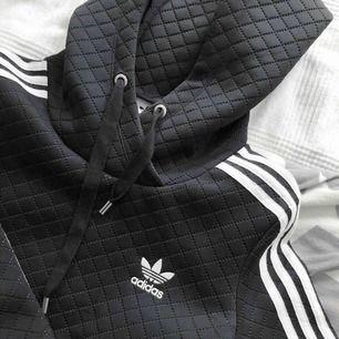 - Croped hoodie från adidas, köpt på junkyard • storlek 34 (passar 36 också) • såklart äkta • superbra skick • 250 ink frakt (nypris 749 kr) Skriv vid frågor/ intresse <3