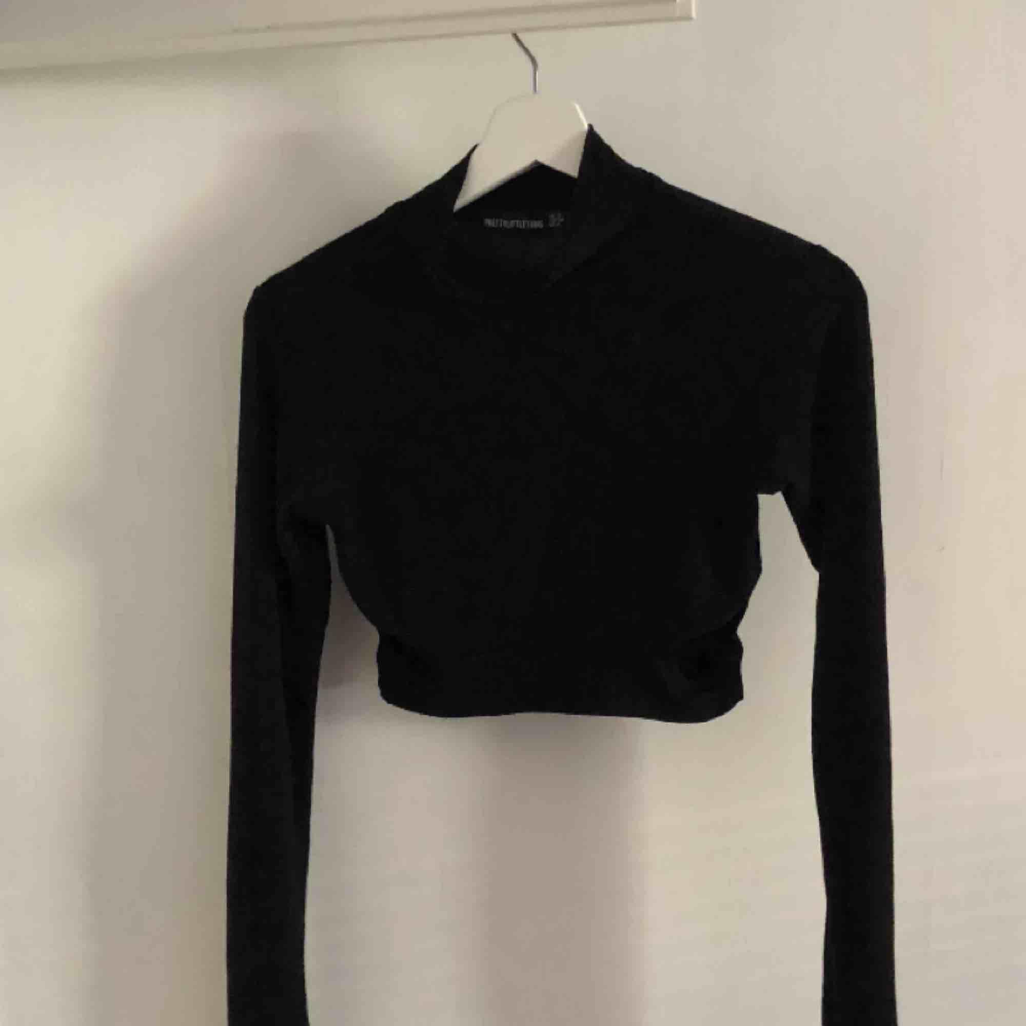 Säljer denna cut out polo tröja från prettylittlething! Köptes för 200kr. Säljer pga aldrig använt den! . Toppar.