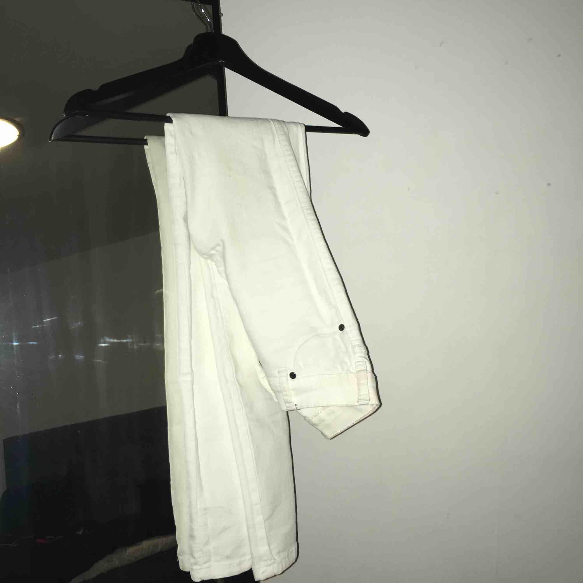 Vita jeans från dr denim (modellen Plenty). Köpta för 400kr. Inga defekter.. Jeans & Byxor.