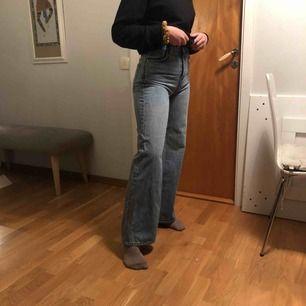 Blåa breda jeans från weekday, säljer för jag inte har använt dom tillräckligt mycket. Jag är 165 och dom är perfekt längd på mig!