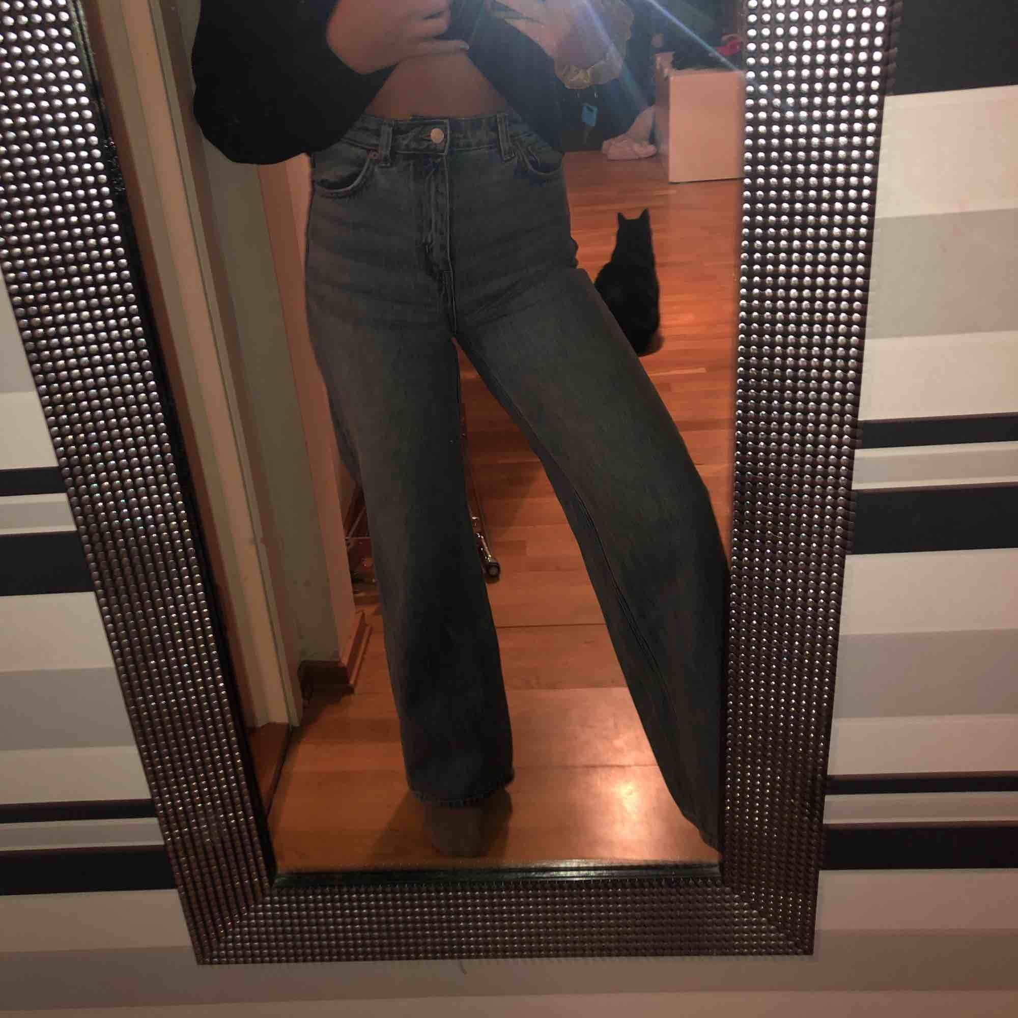 Blåa breda jeans från weekday, säljer för jag inte har använt dom tillräckligt mycket. Jag är 165 och dom är perfekt längd på mig!. Jeans & Byxor.